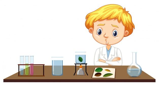 Wissenschaftler, der experiment auf blättern tut