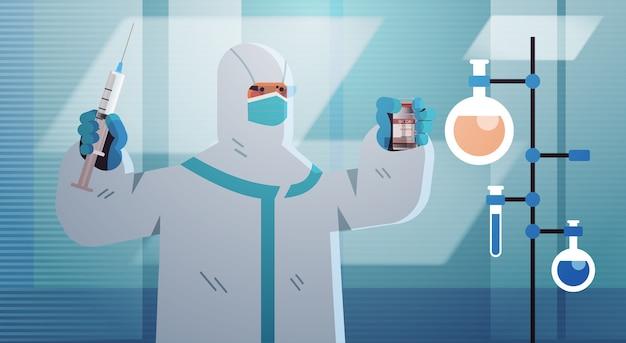 Wissenschaftler, der neuen coronavirus-impfstoff im labor entwickelt forscher, der spritzen- und fläschchenimpfstoffentwicklung hält, kämpfen gegen horizontale illustration des covid-19-konzepts