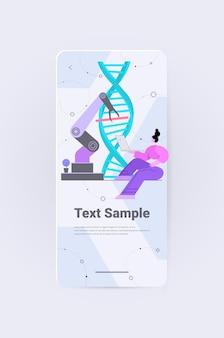 Wissenschaftler, der roboterhände kontrolliert, die mit dna-forschern arbeiten, die experimente im labor machen, die das konzept der genetischen diagnose testen