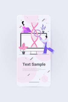 Wissenschaftler, die mit dna-forschern zusammenarbeiten, machen experimente im labor dna-tests genetisches diagnosekonzept