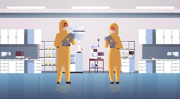 Wissenschaftler paar halten fässer mit warnschild