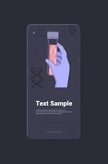 Wissenschaftlerhand, die ein reagenzglas mit dna-forschern hält, die experimente im labor machen, die das genetische diagnosekonzept testen