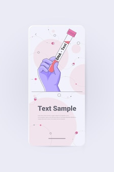 Wissenschaftlerhand, die flasche mit dna-testforscher hält, der experimente im labor macht dna-test gentechnik-konzept