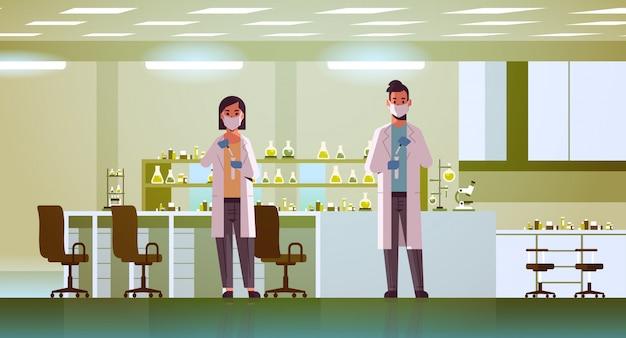 Wissenschaftlerpaar mit reagenzgläsern