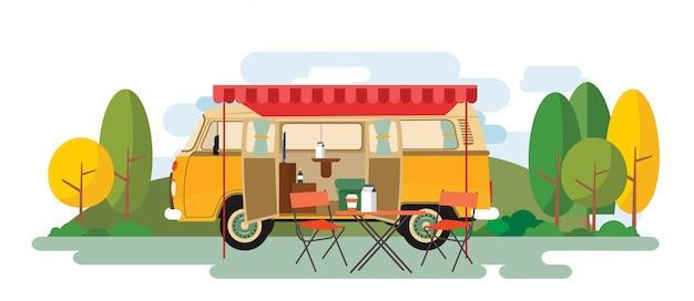 Wohnmobil-entspannender packwagen, der auf der natur sitzt