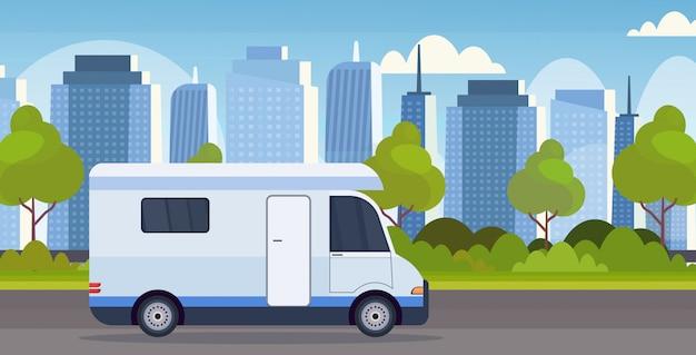 Wohnwagen-wohnwagen-lkw des wohnwagenautos, der auf straßenfreizeitreisefahrzeug-campingkonzept moderner stadtbildhintergrund flache horizontale fährt