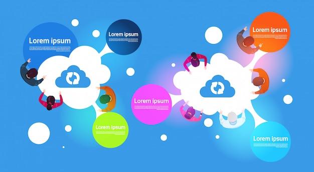 Wolke, die infographic-fahnen-draufsicht der gruppe von personen verwendet verschiedene geräte berechnet