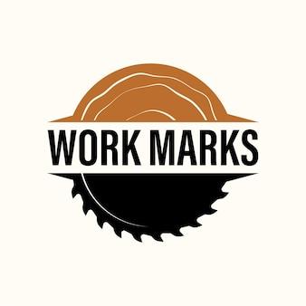 Wood industries company logo mit dem konzept von sägen und zimmerei und klassischem stil