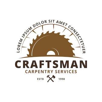 Wood industries-logo mit dem konzept von sägen und tischlerei im vintage-stil