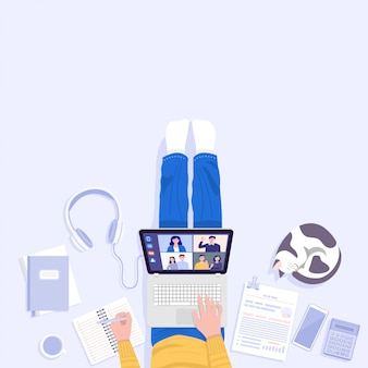 Work from home-konzept. draufsicht des jungen mannes, der auf boden sitzt und laptop für videokonferenzen zu hause verwendet.