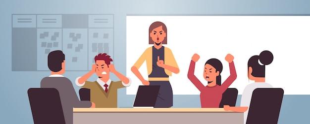 Wütende geschäftsleute streiten sich während des treffens