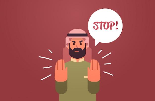 Wütender arabischer mann, der stop-sprachballon mit schreiendem ausruf-negationskonzept sagt, wütender arabischer charakter, der stop-geste flaches porträt horizontal zeigt