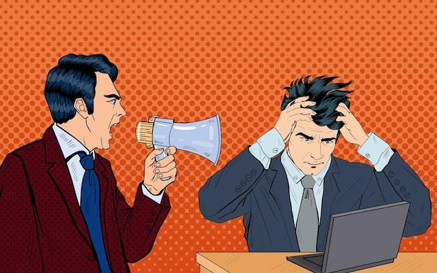 Wütender boss, der im megaphon auf seinen arbeiter schreit. pop-art. vektor-illustration