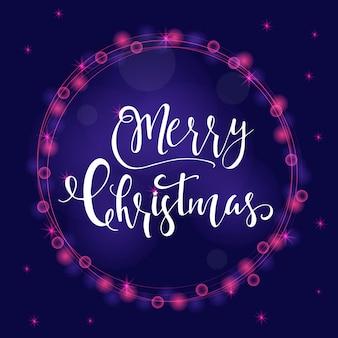 Wunderbarer und einzigartiger festlicher lila leuchtender hintergrund mit weihnachtswünschen für feiertagsgrußkarten. handgezeichnete schrift mit verschwommenem bokeh. designelemente des neuen jahres.