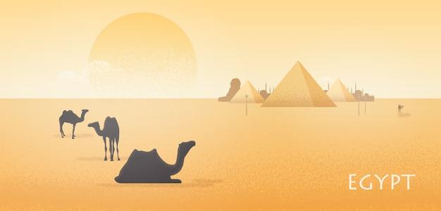Wunderschöne ägyptische wüstenlandschaft mit silhouetten von kamelen, die gegen die pyramide von gizeh stehen und liegen