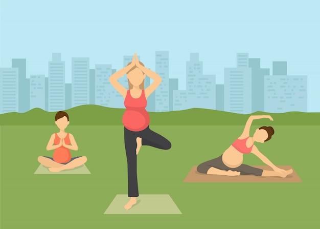Yoga der schwangeren frauen in der stadtvektorillustration. pränatales yoga, pilates klasse auf grünem gras mit stadtbild. weibliche flache trainierende charaktere, yogi, der in der lotoshaltung namaste sitzt.
