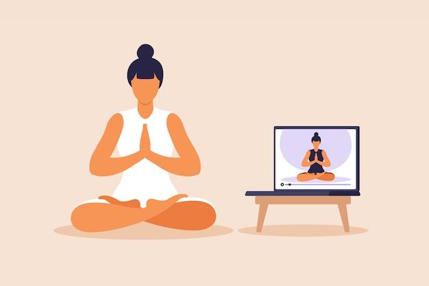 Yoga online-konzept mit gesunder frau, die yoga-übung zu hause mit online-lehrer macht. wellness und gesunder lebensstil zu hause. frau, die yogaübungen macht. illustration.