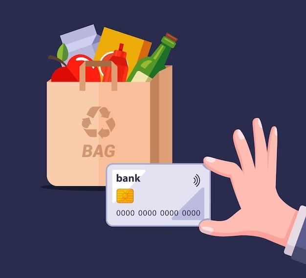 Zahlung per plastikkarte für ein paket mit produkten.