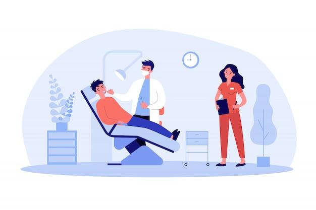 Zahnarzt, der den patienten mit unterstützung der krankenschwester untersucht