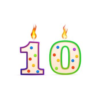 Zehnjähriges jubiläum, 10 nummerförmige geburtstagskerze mit feuer auf weiß