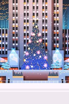 Zentraler stadtplatz mit verziertem weihnachtsbaumglücksjahrsfestferienfestkonzeptnacht-stadtbildhintergrund vertikale illustration