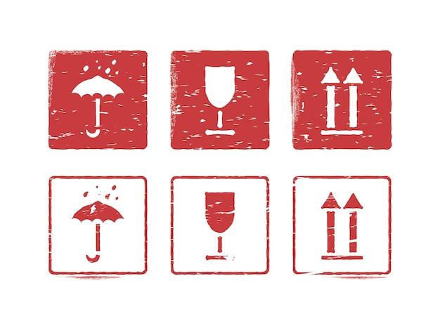 Zerbrechlich, so nach oben, vorsichtig handhaben, trocken halten. isolierte logistik-gummi-tinte-stempel-set für fracht. grungy vektorgrafik mit pfeil, glas und regenschirm. verwendbar als kastenschilder
