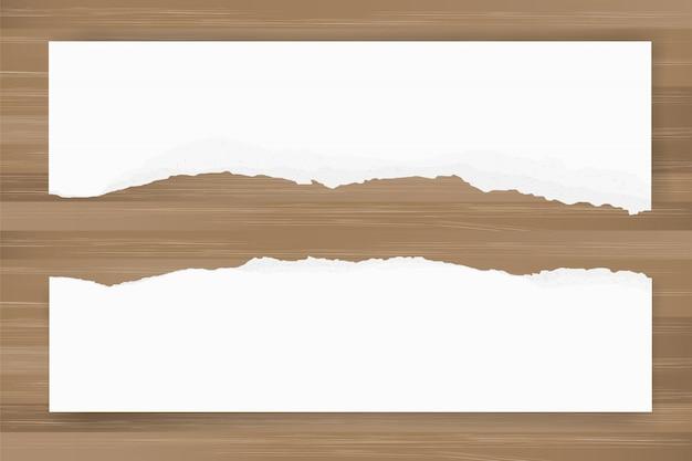 Zerrissener papierhintergrund auf brauner hölzerner beschaffenheit. zerrissene papierkante.