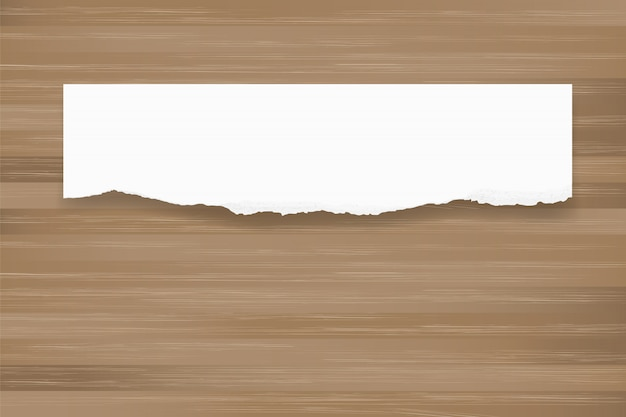 Zerrissener papierhintergrund auf brauner hölzerner beschaffenheit.