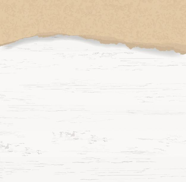 Zerrissener papierhintergrund auf hölzerner beschaffenheit.
