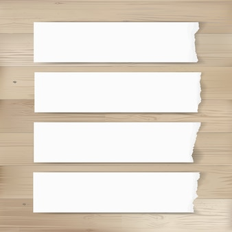 Zerrissener papiermarkenhintergrund auf holz.