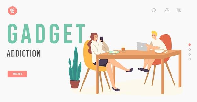 Zielseitenvorlage für gadget-sucht. kinderfiguren sitzen am tisch und chatten online mit elektronischen geräten. beim surfen in sozialen medien im internet ignorieren sie sich gegenseitig. cartoon-menschen-vektor-illustration