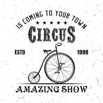 Zirkus-emblem, etikett, abzeichen oder logo im vintage-stil mit jongleurfahrrad isoliert auf weißem hintergrund