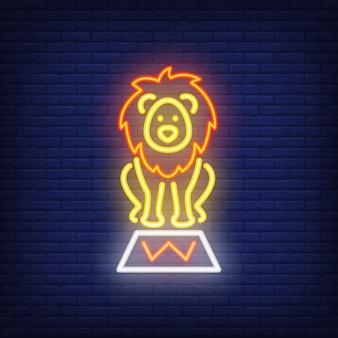 Zirkus löwe neon-symbol. ausgebildetes wildes tier auf stand auf dunklem backsteinmauerhintergrund