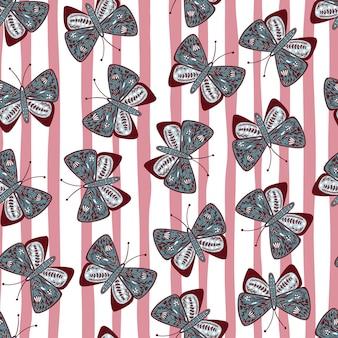 Zufällige blau gefärbte botanische gedruckte schmetterlingsformen. rosa und weiß gestreifter hintergrund. folk-design.