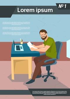 Zufälliger geschäftsmann freelancer working laptop workplace