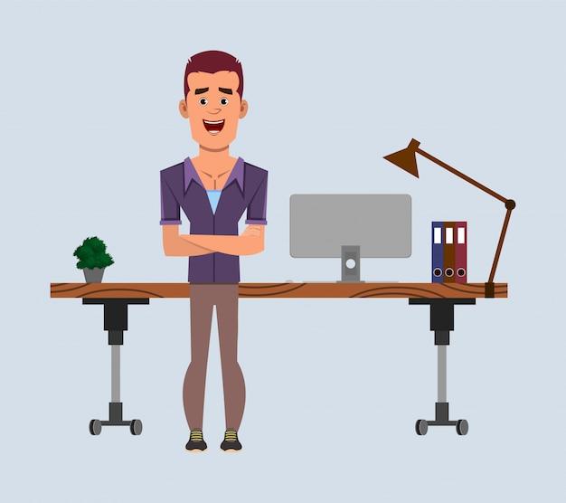 Zufälliger geschäftsmann steht nahe seinem tisch oder arbeitsplatz