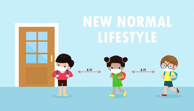 Zurück in die schule für ein neues normales lifestyle-banner-konzept. glückliche kinder, die gesichtsmaske und soziale distanz tragen, schützen coronavirus covid 19, gruppe von kindern halten abstand, wenn sie warten, in klassenzimmer zu bekommen