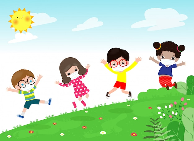 Zurück in die schule für ein neues normales lifestyle-konzept. glückliche gruppenkinder, die gesichtsmaske und soziale distanz tragen, schützen coronavirus covid-19, das auf wiese in der schule am sommertag lokalisiert auf hintergrund springt
