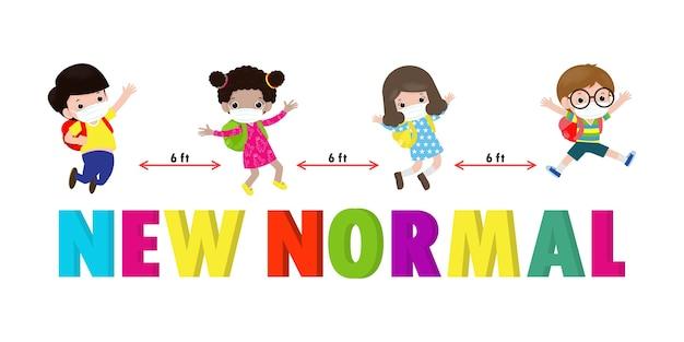 Zurück in die schule für ein neues normales lifestyle-konzept. glückliche kinder, die gesichtsmaske und soziale distanz tragen, schützen coronavirus covid 19, gruppe von kindern und freunden gehen isoliert auf hintergrund zur schule
