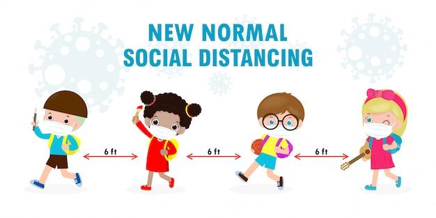 Zurück in die schule für ein neues normales lifestyle-konzept. glückliche kinder, die gesichtsmaske und soziale distanz tragen, schützen