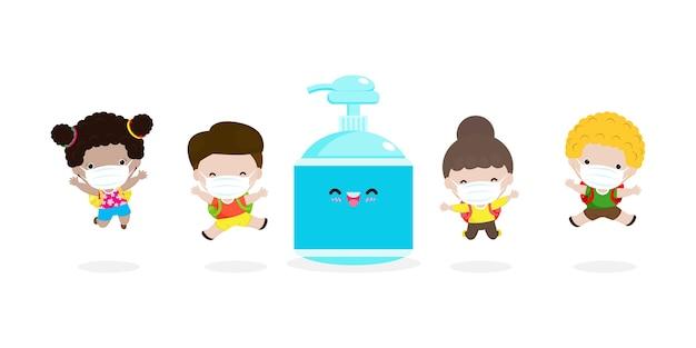 Zurück in die schule für ein neues normales lifestyle-konzept. glückliche schüler nette kinder, die gesichtsmaske und alkoholgel oder handwaschgel und soziale distanzierung tragen, schützen coronavirus oder covid-19 gesunder hintergrund