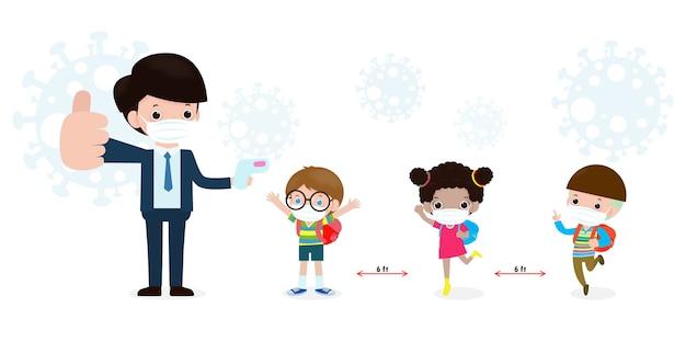 Zurück in die schule für ein neues normales lifestyle-konzept. glückliche schüler nette kinder mit lehrer tragen gesichtsmaske und alkoholgel oder handwaschgel und soziale distanzierung schützen coronavirus oder covid-19 gesund