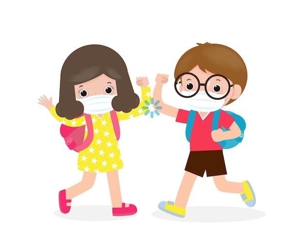 Zurück in die schule für ein neues normales lifestyle-konzept. kinder begrüßen den ellbogen, um die ausbreitung von coronavirus zu vermeiden