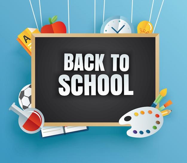 Zurück in die schule mit unterrichtsmaterial und schwarzem brett