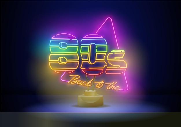 Zurück zum neonzeichenvektor der 80er jahre. 80 s retro-stil designvorlage neonschild, lichtbanner, neonschild, nächtliche helle werbung, lichtinschrift. vektor-illustration