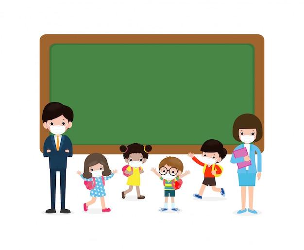 Zurück zur schule für neues normales lebensstilkonzept, lehrer und multikulturelle schüler mit medizinischen maskengesicht, die nahe tafel-zeichentrickfiguren kinder und freunde stehen virenschutz coronavirus 2019