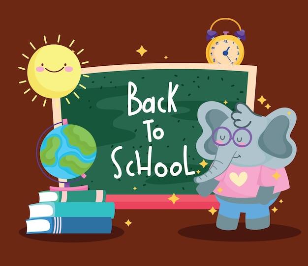 Zurück zur schule niedlicher elefant mit tafelkarte auf buchkarikatur