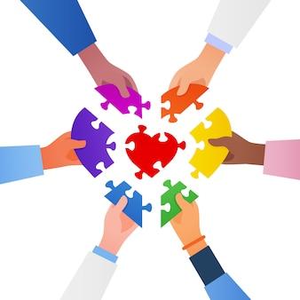 Zusammenarbeiten, um das puzzle fertigzustellen