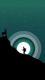 Zusammensetzung eines wanderers, der einen berg mit einem elch an der spitze besteigt.