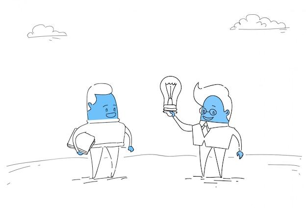 Zwei abstrakte geschäftsleute neues kreatives ideen-konzept halten glühlampe